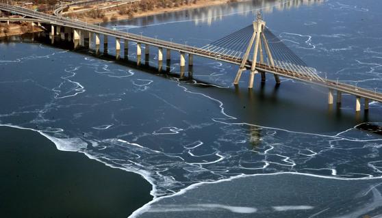 지난해 1월 28일 서울 롯데월드타워 전망대에서 바라본 한강이 얼어 있다. 기상청 등이 7일 발간한 '2018년 이상 기후 보고서'는 지난해 한반도에는 한파와 폭염 등 극단적인 날씨가 번갈아 나타난 것으로 평가했다. [중앙포토]