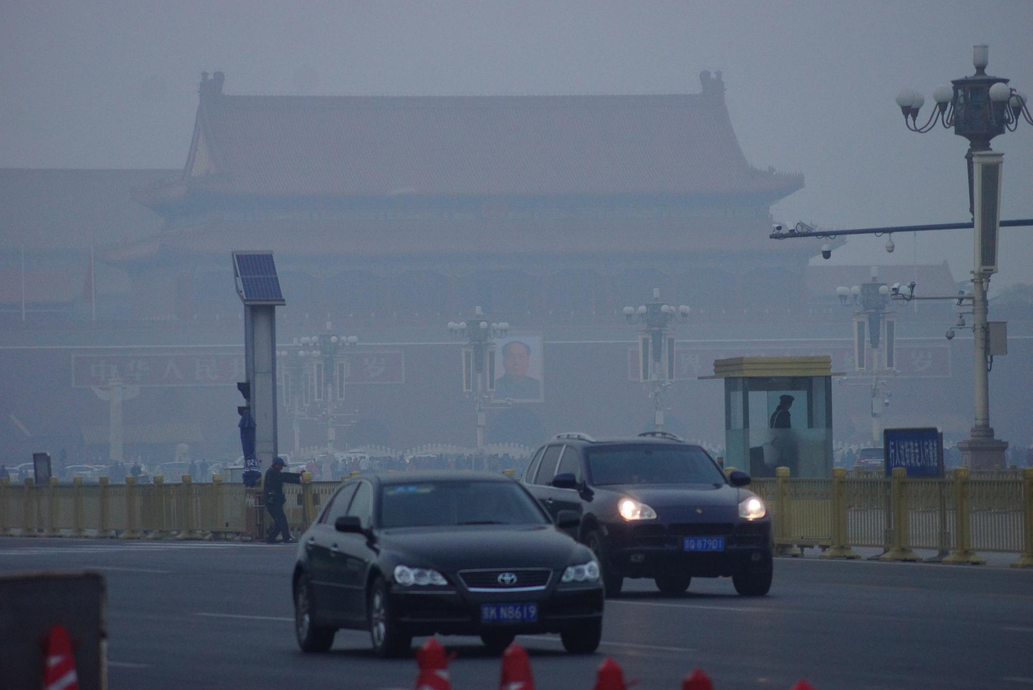 지난해 11월 26일 중국 베이징 천안문 광장. 짙은 스모그로 도로 건너편 천안문이 흐릿하게 보인다. 베이징=강찬수 기자