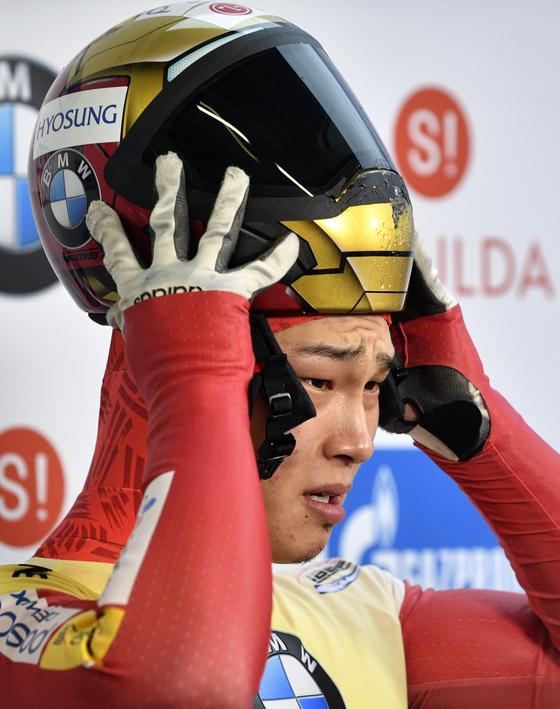 지난해 12월 8일 열린 스켈레톤 월드컵 1차 대회에서 경기 후 헬멧을 벗는 윤성빈. [AP=연합뉴스]