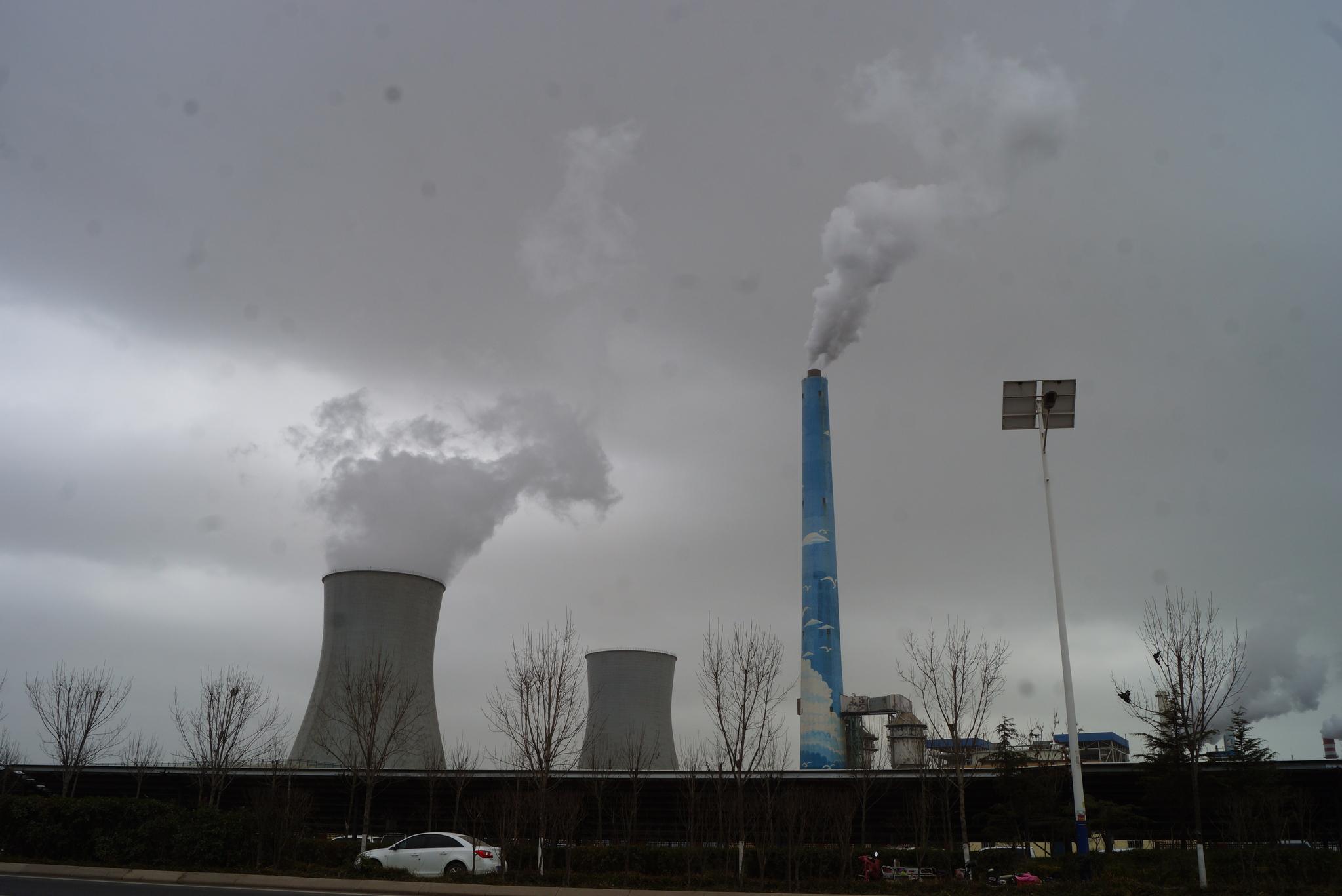 중국 산둥성 칭다오 외곽의 칭다오특수강 굴뚝에서 하얀 연기가 배출되고 있다. 칭다오=강찬수 기자