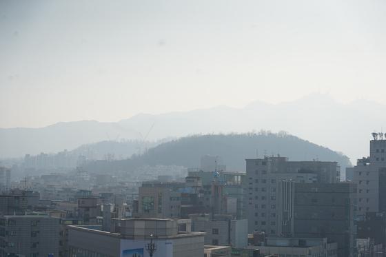 지난달 23일 서울 관악구 당곡사거리 일대가 미세먼지의 영향으로 뿌옇다. 천권필 기자.
