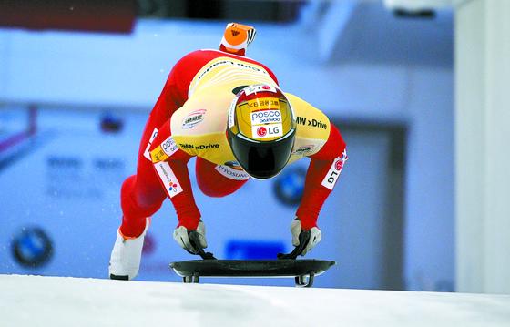 아이언맨 헬멧을 쓰고 얼음 위 트랙을 질주하는 윤성빈. 그는 이제 세계 스켈레톤계의 1인자이자 수퍼스타가 됐다. 윤성빈은 다음달 캐나다 휘슬러에서 열리는 세계선수권에서 금메달에 도전한다. [AP=연합뉴스]