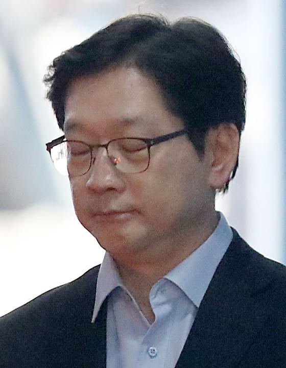 댓글조작 혐의로 기소된 김경수 경남도지사가 지난달 30일 서울 서초구 서울중앙지방법원에서 열린 1심에서 실형을 선고받은 뒤 법정 구속되어 구치소 호송버스로 걸어가고 있다. 김경록 기자