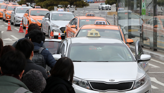 설연휴 마지막 날인 6일 서울역 택시승강장에서 택시들이 승객을 태우기위해 줄지어 서 있다. [뉴스 1]