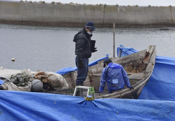 지난달 9일 일본 시마네현 오키섬 해안으로 표류 해 온 북한 목조 어선. [교도=연합뉴스]