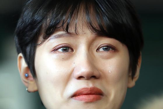 유튜버 양예원씨가 지난달 9일 오전 서울 마포구 서울서부지법에서 열린 촬영자 모집책 최모씨의 1심 선고공판을 방청한 뒤 법원을 나서며 눈물을 흘리고 있다. [뉴스1]
