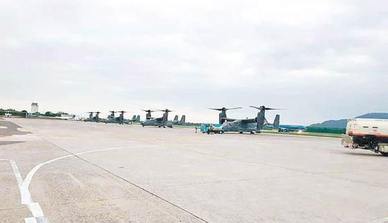 일본 오키나와에 주둔하는 미 해병대 소속 수직 이착륙 수송기 오스프리 4대가 지난 5일 베트남 다낭 공항에 착륙했다. 이들 수송기는 몇 시간만에 이륙했다고 홍콩 동방일보가 7일 보도했다. [사진=동방일보]