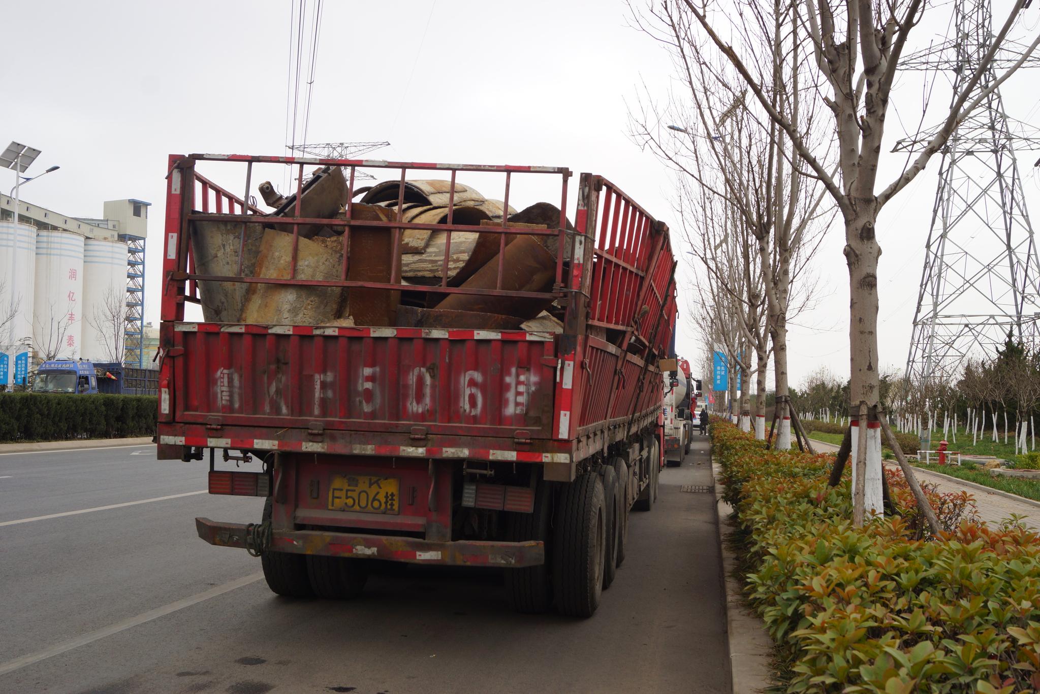 칭다오 외곽 칭다오 특수강 앞 도로에 주차하고 있는 트럭들. 철강 공장에서 사용할 고철을 싣고 있다. 칭다오=강찬수 기자