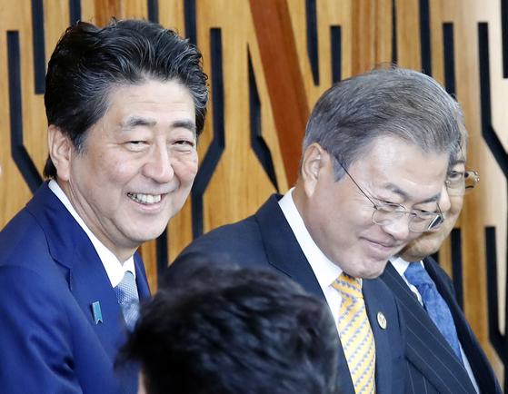 지난해 11월 아시아태평양경제협력체(APEC) 정상회의 참석차 파푸아뉴기니를 찾은 문재인 대통령이 17일 오후 포트모르즈비 APEC 하우스에서 열린 'APEC 지역 기업인 자문회의(ABAC)와의 대화'에 입장하고 있다. 왼쪽은 아베 신조 일본 총리.[연합뉴스]