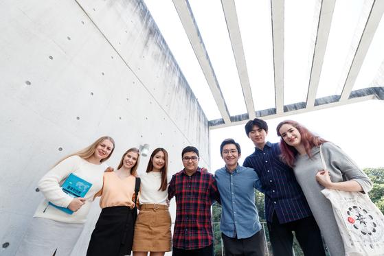 ▲한신대학교 재학생과 외국인 유학생이 사진을 찍고 있다.