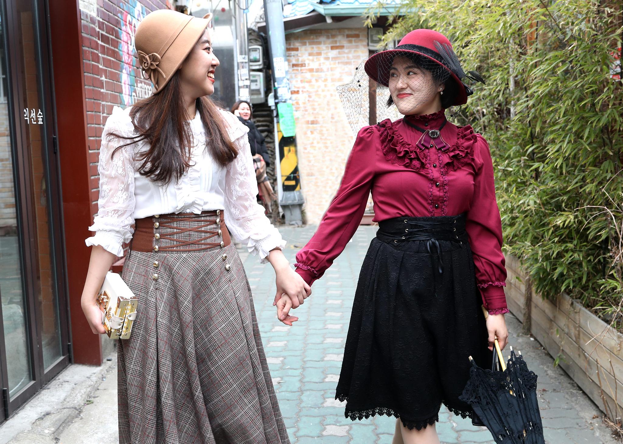 설 연휴 서울 종로 익선동을 찾은 장진영(왼쪽)씨와 홍지혜씨가 개화기 의상을 입고 골목길을 걷고 있다. 최승식 기자