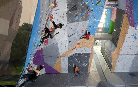 실내 클라이밍 센터에서는 기후와 관계없이 암벽 등반을 즐길 수 있다. 전문 클라이머들이 15m 높이의 로프 등반에 나섰다. 안전장비가 있어 초보자도 안심하고 배울 수 있는 코스다. 변선구 기자