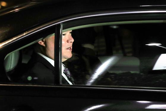 스티븐 비건 미 국무부 대북정책 특별대표가 지난 6일 방북하기 위해 숙소를 나서고 있다. [사진 뉴시스]
