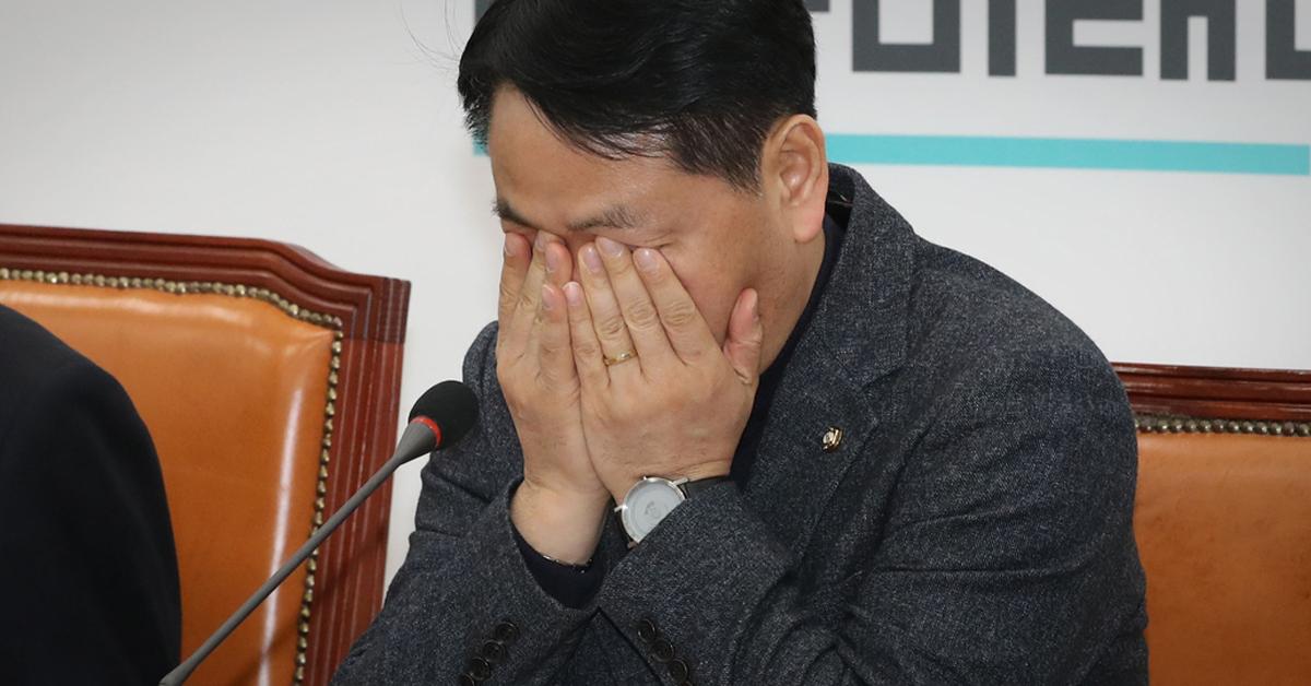김관영 바른미래당 원내대표가 8일 오전 국회에서 열린 최고위원회의에서 얼굴을 만지고 있다. [연합뉴스]