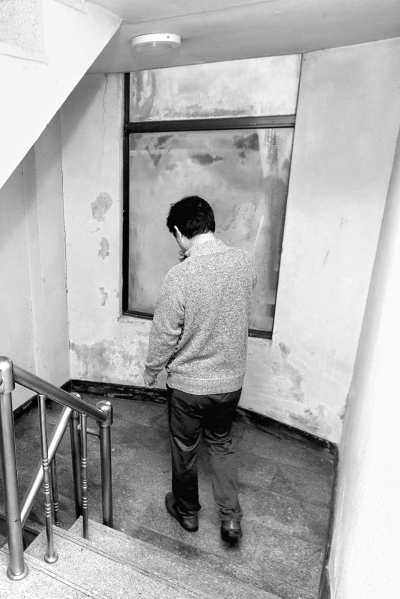 서울 강서구 박모씨가 2층 집에서 나서고 있다. 그는 1998, 2001년 두 차례 사업에 실패한 뒤 술에 빠져 살았다. 2012년 위암에 걸렸고, 소득이 사라지자 2016년 기초수급자가 됐다. 장진영 기자