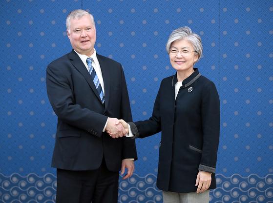 스티븐 비건 미국 국무부 대북특별대표(왼쪽)와 강경화 외교부 장관. [중앙포토]