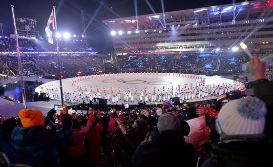 2018평창동계올림픽 개회식이 9일 오후 평창올림픽플라자내 개폐회식장에서 'Peace in motion'(행동하는 평화)라는 주제로 펼쳐진 가운데 코리아팀 선수단이 태극기 앞을 지나고 있다. [중앙포토]