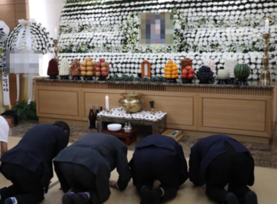 한국에는 삼일장이라는 전통이 있다. 남겨진 가족이 상주를 맡고 여기저가서 찾아오는 지인들은 맞이한다. [중앙포토]