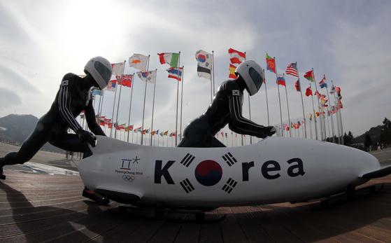 2018년 평창 동계올림픽 1주년(2월 9일)을 앞두고 올림픽 당시 시상식장이었던 자리에 올림픽 조형물이 놓여있다. 김상선 기자
