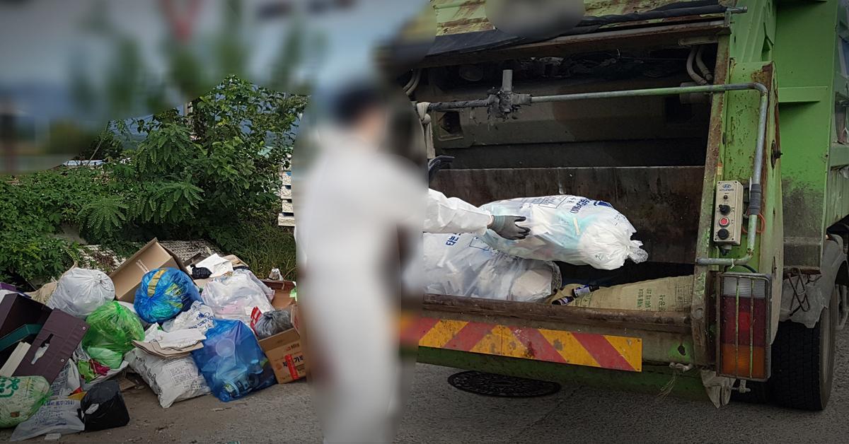 환경미화원이 쓰레기 수거작업을 하고 있다. [연합뉴스]
