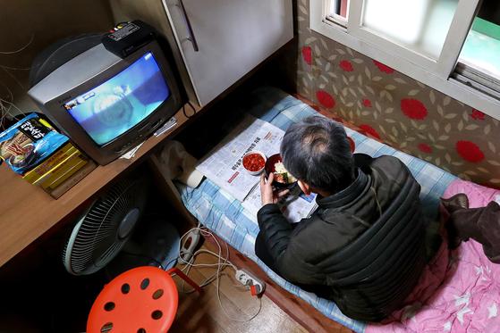 기초수급자 임모씨가 설날 고시원에서 점심을 먹고 있다. 반찬은 김·김치다. 막노동판을 30년 떠돌다 결혼을 생각도 못했다. 긴 독거 생활에 몸이 망가져 노동력을 잃었고 결국 기초수급자가 됐다. 장진영 기자