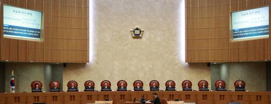 김명수 대법원장과 대법관들이 지난달 24일 오후 서울 서초동 대법원에서 열린 시설물철거 및 토지인도 청구 관련 전원합의체 선고에 앞서 자리에 앉아 있다. [연합뉴스]