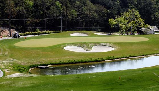 강원도 평창에 있는 알펜시아 퍼블릭 골프장의 8번홀은 오거스타의 12번 홀을 복제했다. [중앙포토]