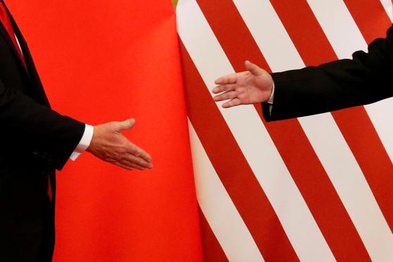 지난 2017년 중국 베이징 정상회담 당시 악수를 나누려던 도널드 트럼프 미 대통령(오른쪽)과 시진핑 중국 국가주석. [로이터=-연합뉴스]