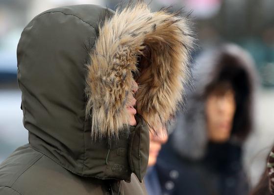 서울의 체감온도가 영하 14도까지 떨어지는 등 매서운 한파가 찾아온 8일 오전 서울 종로구 세종대로 네거리에서 시민들이 출근길을 서두르고 있다. 이번 한파는 월요일인 11일 아침까지 이어지겠다. [연합뉴스]