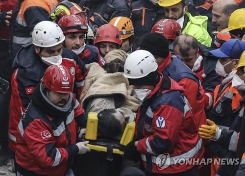 터키 아파트 붕괴 사고 이틀 후 구조된 16세 매몰자. [AP=연합뉴스]
