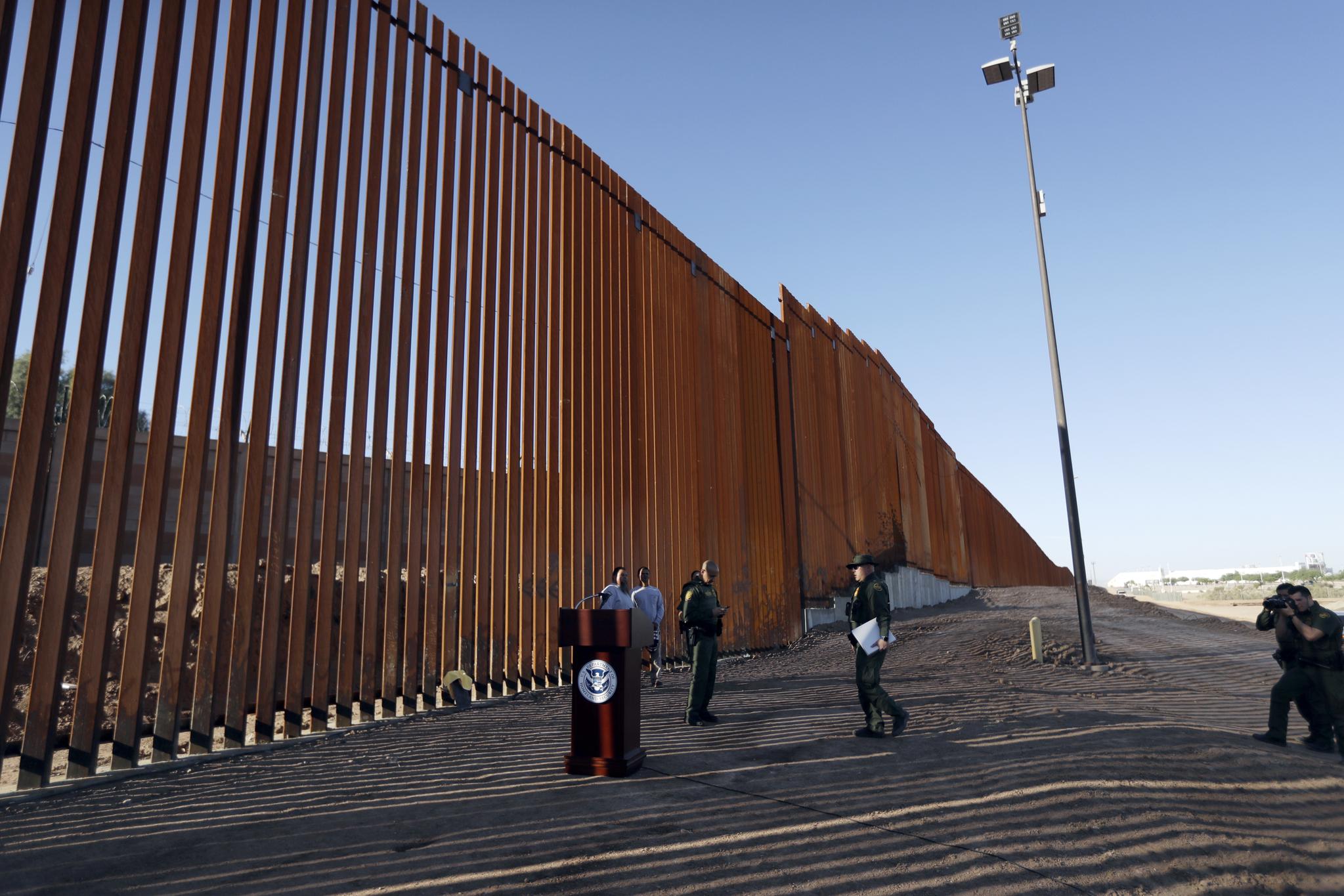 미국 캘리포니아 주와 멕시코 국경에 설치된 장벽. [AP=연합뉴스]