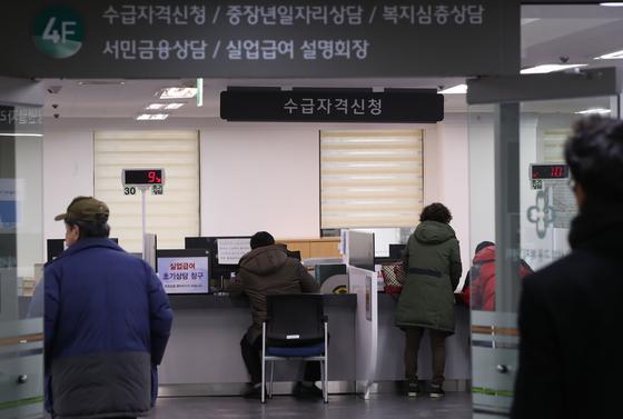 서울 마포구 고용복지플러스센터에서 실업급여 신청자들이 상담을 받고 있다. [연합뉴스]