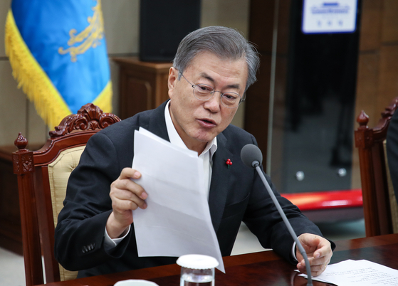 문재인 대통령이 지난달 21일 오후 청와대 여민관에서 열린 수석·보좌관 회의에서 부산 북구청장이 기초연금과 관련해 보낸 편지를 소개하고 있다. 연합뉴스