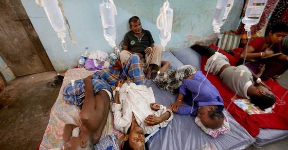 밀주를 마신 뒤 치료를 받고 있는 인도 주민들. [EPA=연합뉴스]