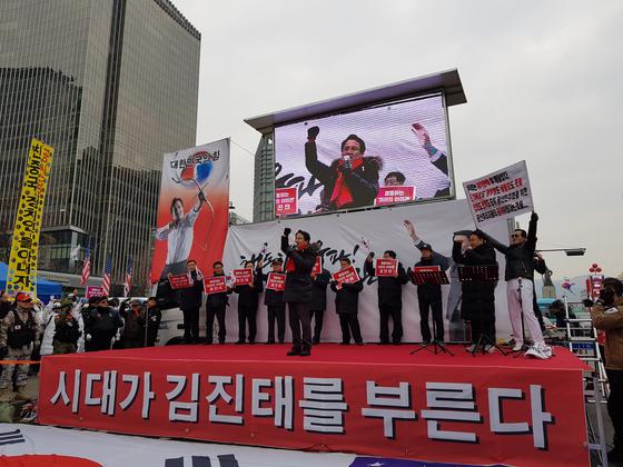 자유한국당 당 대표에 출사표를 던진 김진태 자유한국당 의원이 지난 2일 서울 광화문 광장에서 열린 지지자 대회에에서 연설하고 있다. 성지원 기자
