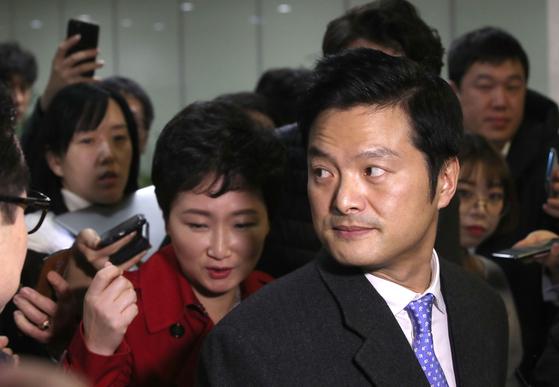 바른미래당 이언주 의원(왼쪽)과 김태우 전 검찰 수사관이 지난달 24일 국회 정론관에서 기자회견을 마친 뒤 이동하고 있다. 오종택 기자