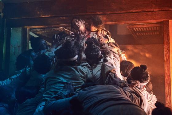넷플릭스가 제작한 조선판 사극 '킹덤'의 좀비 떼 모습. 드라마 속엔 의문의 역병에 걸린 것으로 묘사된다. [사진 넷플릭스]