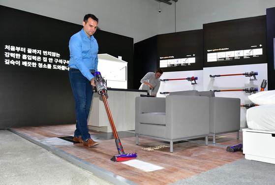 지난해 다이슨 신제품 발표회에서 존 처칠 다이슨 청소기 사업부 부사장이 V10 제품을 시연하고 있다. [사진 다이슨]