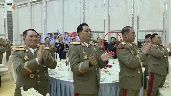 기념연회에 참석한 황병서 노동당 제1부부장(붉은 원)이 보인다. [연합뉴스]