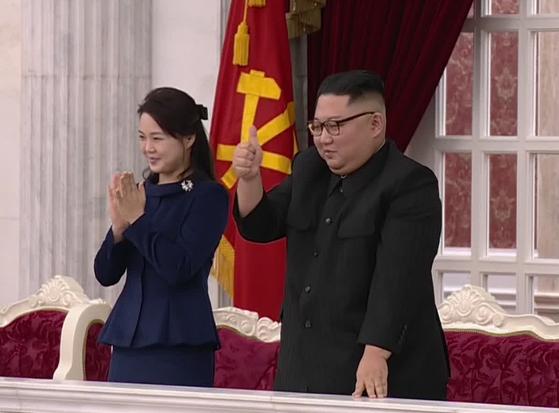 김정은 북한 국무위원장이 8일 공연을 보며 엄지손가락을 치켜세우고 있다.[연합뉴스]