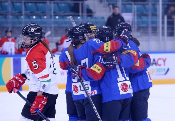 한국여자아이스하키대표팀이 10일 강릉하키센터에서 헝가리를 6-0으로 대파했다. [대한아이스하키협회]
