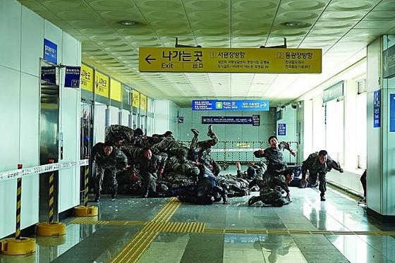 서울에서 부산으로 향하는 KTX 열차와 기차역을 무대로 속도감 있는 좀비 재난 액션을 펼쳐낸 영화 '부산행'. 국내 1000만 관객에 이어 해외에서도 흥행했다. [사진 NEW]