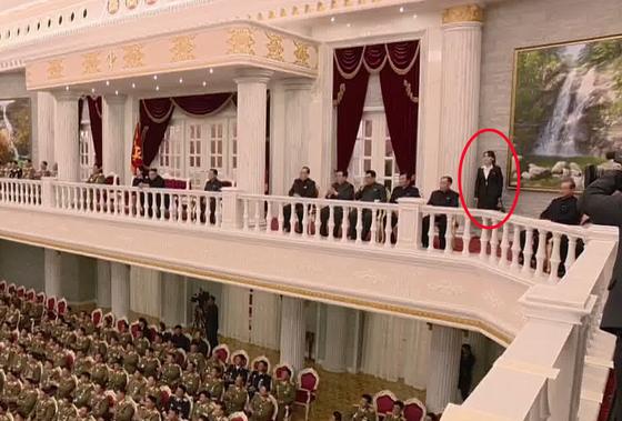 김여정 당 제1부부장(붉은 원)이 2층에 서서 공연을 관람하고 있다. [연합뉴스]