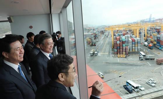 문재인 대통령이 지난해 3월 16일 오전 부산 신항을 방문해 자동화 컨테이너터미널 운영 현황을 듣고 있다. 연합뉴스