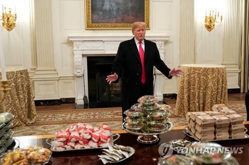 맥도날드 햄버거로 백악관 만찬 차린 트럼프 대통령. [로이터=연합뉴스]