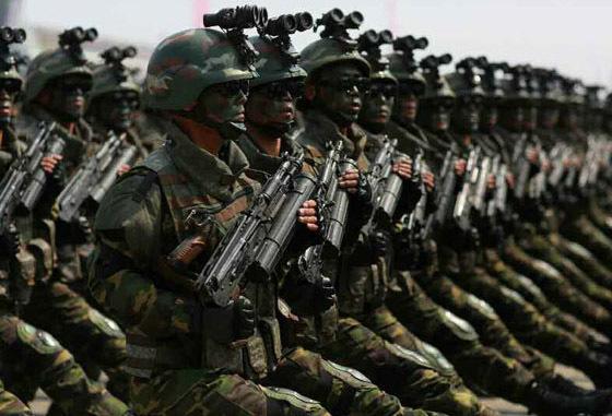 2017년 4월 15일 김일성 생일 105주년 열병식에서 첫선을 보인 특수작전군. 방탄헬멧에 무릎보호대, 야시경마운트 등 신형 장비를 들고 나왔다. [사진 노동신문]
