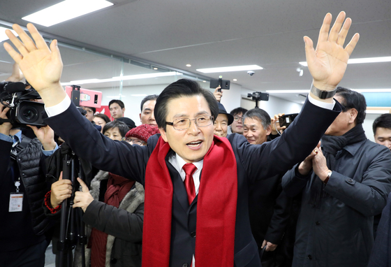 황교안 전 총리가 1월 29일 오전 서울 영등포구 자유한국당 당사에서 당대표 출마 선언을 한 뒤 지지자들과 인사하고 있다. [장진영 기자]
