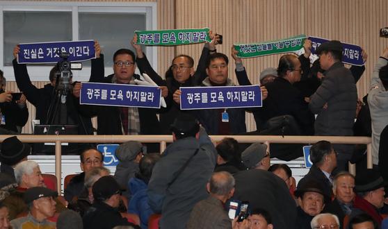 지난 8일 오후 국회 의원회관에서 열린 5.18 진상규명 대국민 공청회에서 지만원씨가 5.18 북한군 개입 여부와 관련해 발표를 하려 하자 5.18 관련 단체 관계자들이 항의하고 있다. [연합뉴스]