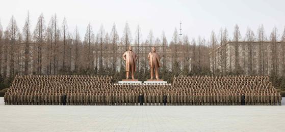 김정은 국무위원장이 8일 건군절을 맞아 인민무력성을 방문해 군관계자들과 기념 사진을 촬영하고 있다. [연합뉴스]