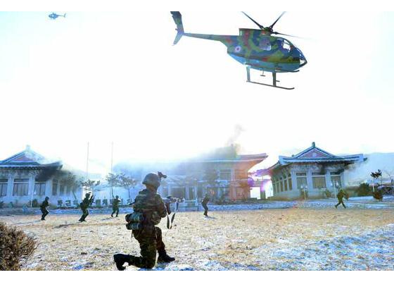 2016년 12월 김정은 북한 국무위원장이 참관한 가운데 특수작전대대 전투원들이 청와대 타격 전투훈련을 벌이고 있다. [사진 노동신문]